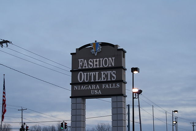 640px-Niagra_Falls_Factory_Outlet_Mall.JPG